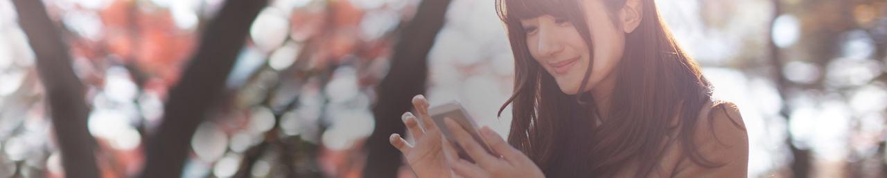 女性閱讀手機畫面使用MyACUVUE APP